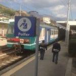 Palpeggia un'inserviente sul treno, poi si scaglia contro agente: arrestato