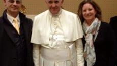 *Il Papa con Claudia e Luigi*