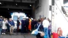 Carabinieri e Guardia Costiera sul traghetto alla partenza da Ponza