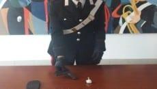 La pistola e la droga sequestrati dai carabinieri