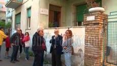 Sandro Bartolomeo con Patrizia Menanno all'esterno dello studio - abitazione di Piccolino