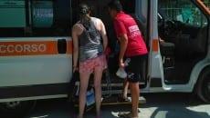 Bagnante inglese caricato su ambulanza