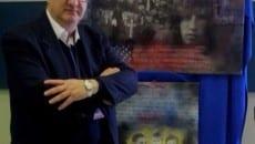 Francesco Guadagnuolo davanti a due opere del Progetto Arte in classe