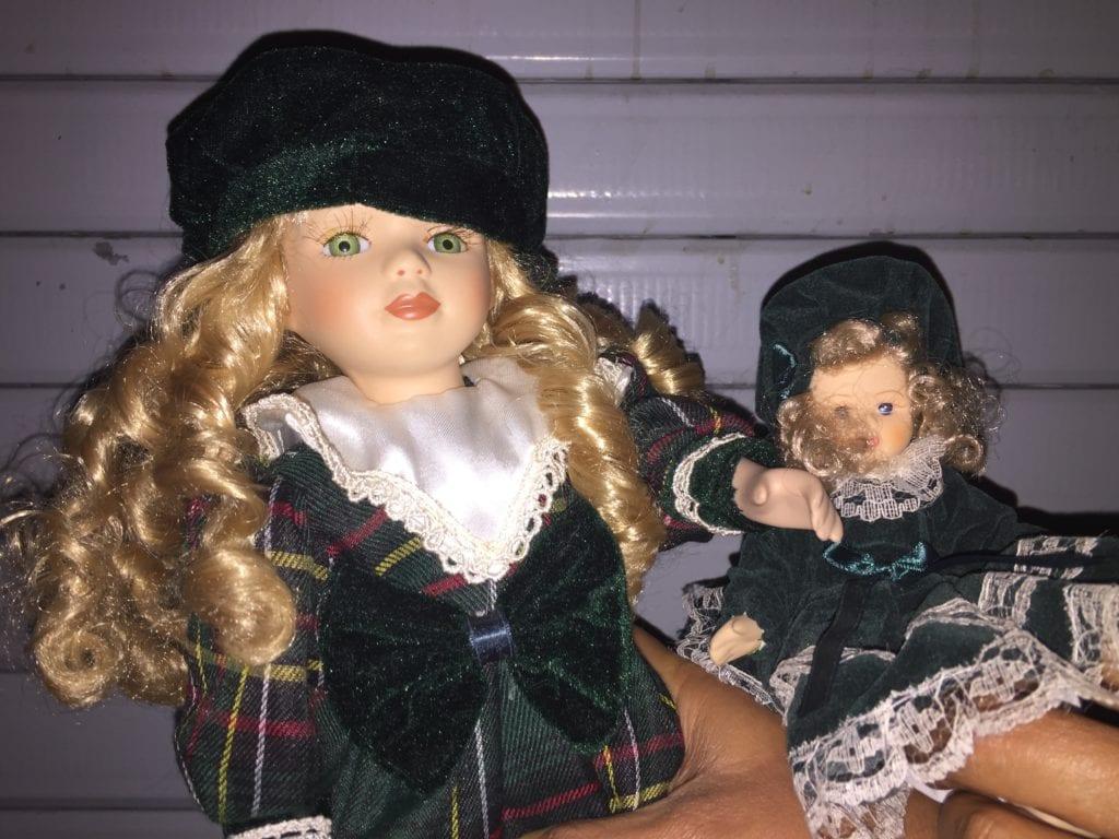Le bambole ritrovate divise dal gruppo