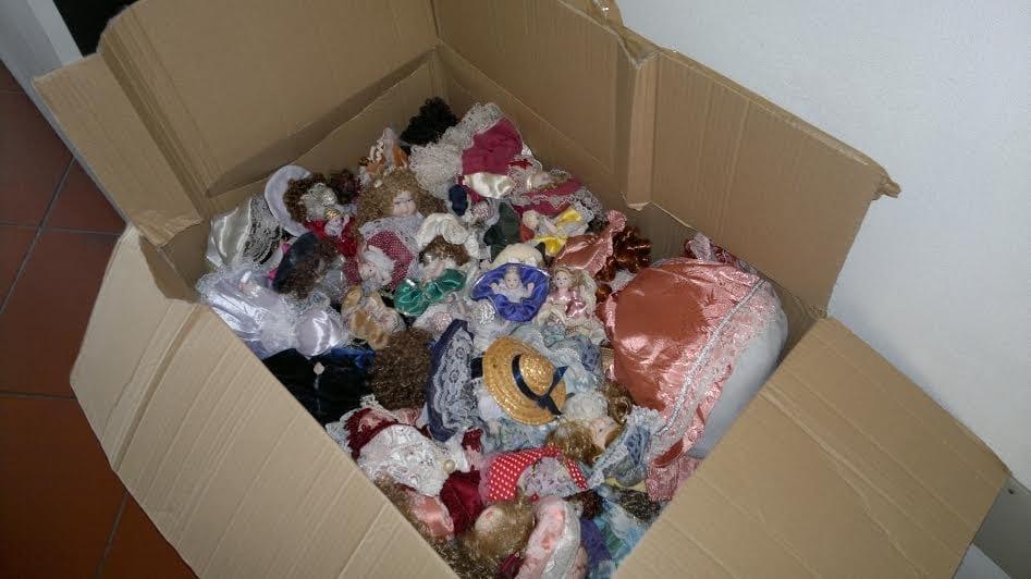 La foto pubblicata nel comunicato stampa del Comune di Formia con le bambole nel cartone