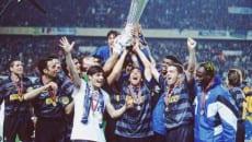 I giocatori dell'inter, a Parigi nel 1998, festeggiano la vittoria della Coppa Uefa