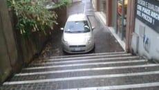 Auto in divieto di sosta in via Sarinola