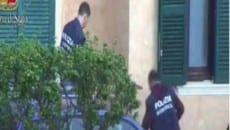 Gli agenti si apprestano a entrare nell'abitazione