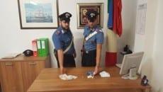 Lo stupefacente e il materiale sequestrato dai carabinieri della Tenenza di Fondi