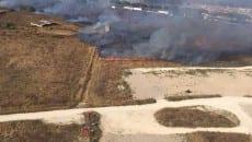 L'incendio scoppiato sulla Pontina