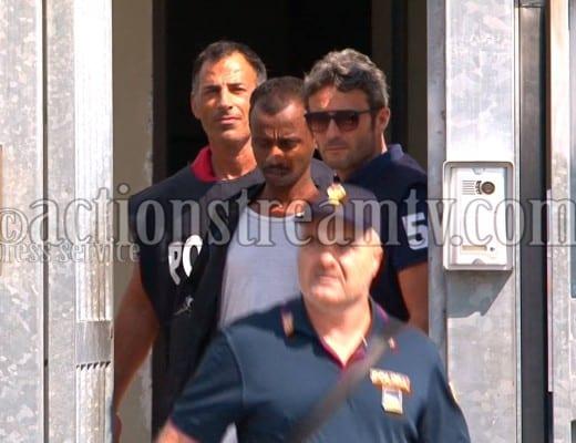 L'arrestato viene condotto all'esterno del Commissariato di Formia per essere tradotto presso il carcere di Cassino