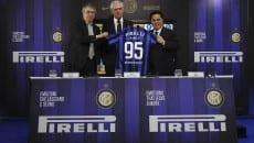 I vertici di Inter e Pirelli con la maglia celebrativa dei 20 anni di partnership