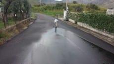 Via Pientime, così viene segnalata agli utenti della strada una perdita d'acqua