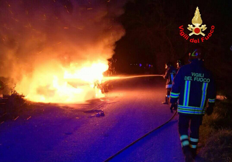 Terracina, 20 marzo 2017 auto distrutta dalle fiamme