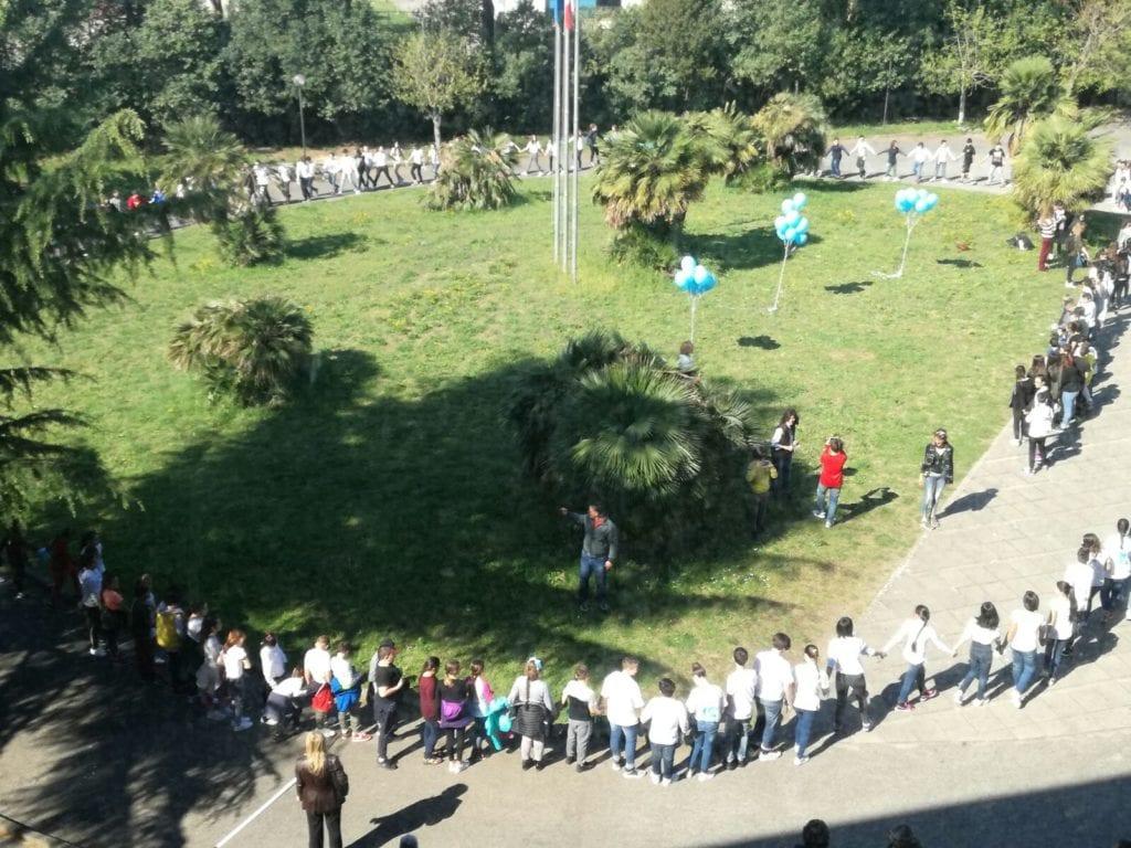 Giornata Autismo, il Comune di Spotorno colora di blu Piazza Della Vittoria