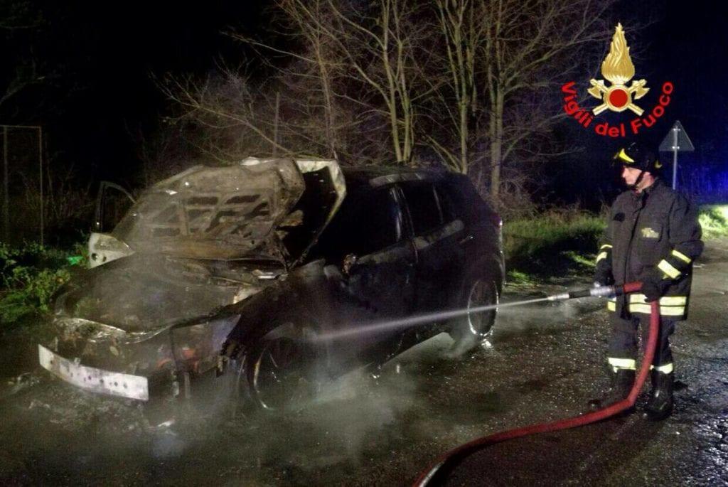 auto distrutta dalle fiamme Terracina 20 marzo 2017