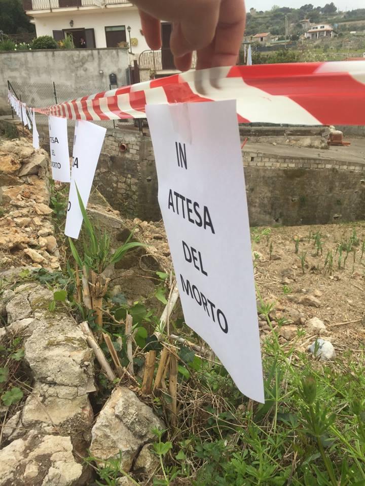 La protesta simbolica messa in atto dal candidato sindaco di Casapound, Pecchia
