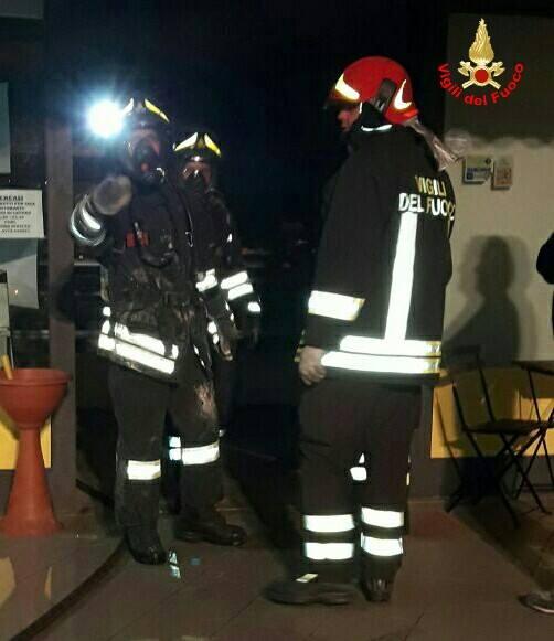 Incendio distrugge una fabbrica, pompieri al lavoro: altissima colonna di fumo nero