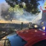 Incendio di sterpaglie raggiunge camion e fabbricati abbandonati ad Aprilia