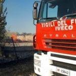 Spiegamento di forze per spegnere l'incendio partito da via Lido di Latina