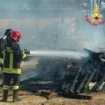 Aprilia, dalle sterpaglie l'incendio raggiunge un capannone (video)