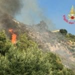 Incendio minaccia le abitazioni: residenti evacuati, diversi malori