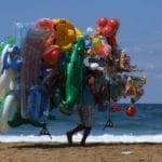 Folle aggressione in spiaggia, venditore ambulante ferito per un pallone