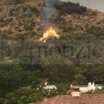 Itri, fulmine innesca un incendio in montagna (video)