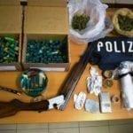 Perquisizione in casa, spuntano droga e un fucile rubato: 40enne arrestato
