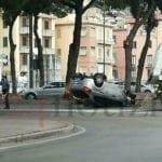 Perde il controllo dell'auto che si ribalta in via Unità d'Italia