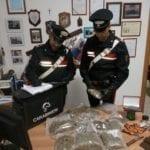 Oltre un chilo di droga in casa, un arresto e una denuncia