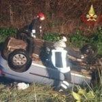 Cisterna, auto si ribalta in un canale: ferito un giovane