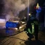 Gaeta, auto parcheggiata in via Roma distrutta dalle fiamme