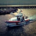 Alla deriva a bordo di un materassino, tenta il suicidio in mare. Salvato in extremis