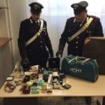 Inseguiti dai carabinieri, i ladri si schiantano contro un muro: fuggono, ma lasciano 15mila euro di refurtiva