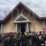 """Una folla per l'addio ad Alessia e Martina. Il parroco: """"La famiglia ha perdonato"""" – VIDEO"""