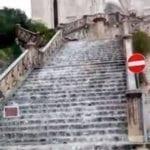 """Maltempo a Gaeta: dalla chiesa di San Francesco una """"cascata"""" – VIDEO"""