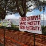 """Lavori di restyling, """"spuntano"""" striscioni in difesa dei pini e dei bastioni"""