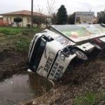 Incidente su via Migliara 53: camion finisce fuori strada