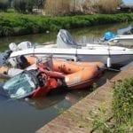 Incidente acrobatico nel fiume: auto vola su un gommone