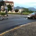 Fondi, investito in bici da un'auto: sfonda il parabrezza con la testa