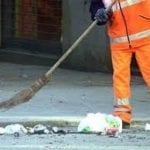 Contesta un non corretto conferimento, malmenato un dipendente della ditta raccolta rifiuti