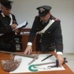 Minaccia i carabinieri con piccone e sega dopo una lite in famiglia: arrestato