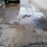 Formia, via Giotto e la perdita infinita che fa sgretolare l'asfalto