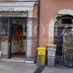 Tabaccheria razziata, furto in pieno centro: bottino da oltre 20mila euro