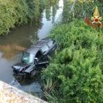 VIDEO – Auto finisce nel canale, salvi per miracolo