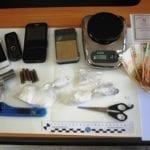 Un etto di cocaina, una pistola e una carta d'identità falsa: blitz in villa, 51enne in manette