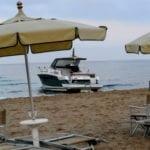 Gaeta, yacht incagliato sulla spiaggia di Serapo: le operazioni di recupero (#FOTO)