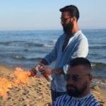 """Da calciatore a """"barber"""": la metamorfosi di Andrea – Il VIDEO dello show in spiaggia"""
