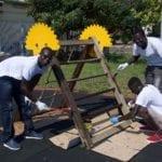 Integrazione e decoro: giardinieri, cittadini e richiedenti asilo all'opera per pulire la città